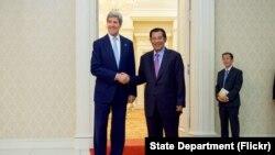 克里與柬埔寨總理洪森握手