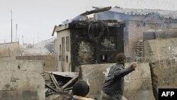 Người Afghanistan ném đá về phía binh sĩ Mỹ trong cuộc biểu tình trước căn cứ của Mỹ ở Bagram, Afghanistan hôm 21/2/12