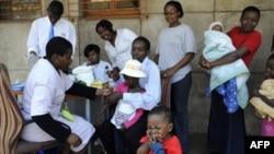 南非约翰内斯堡的儿童在街上接种麻疹疫苗