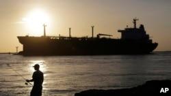 امریکی ریاست ٹیکساس کی ایک بندگارہ ارکنسا سے ایک بحری آئل ٹینکر برآمدی تیل لے کر روانہ ہو رہا ہے۔ فائل فوٹو