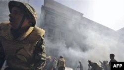 Солдати єгипетської армії борютья з пожежею в центрі Каїру
