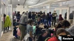 Trung tâm thanh lọc tạm thời của Cơ quan Bảo vệ Biên giới và Hải quan Mỹ ở Donna, Texas