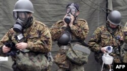 Pripadnici japanskih samoodbrambenih snaga pripremaju se za čišćenje kontaminiranog zemljišta u okolini nuklearne elektrane Fukušima, oštećene u prošlonedeljnom zemljotresu.