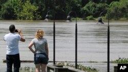 Autoridades en Texas señalan que continuarán con la búsqueda hasta encontrar a todos los desaparecidos y advierten sobre más lluvias y posibles inundaciones durante el fin de semana.