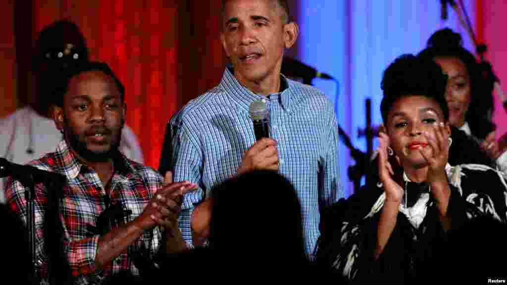 Le président américain Barack Obama chante à la Maison Blanche à Washington, le 4 juillet 2016.