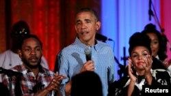 Presiden Amerika Barack Obama berbicara diapit Janelle Monae (kanan) dan Kendrick Lamar (kiri) dalam perayaan Hari Kemerdekaan di Gedung Putih, 4 Juli 2017. REUTERS/Yuri Gripas