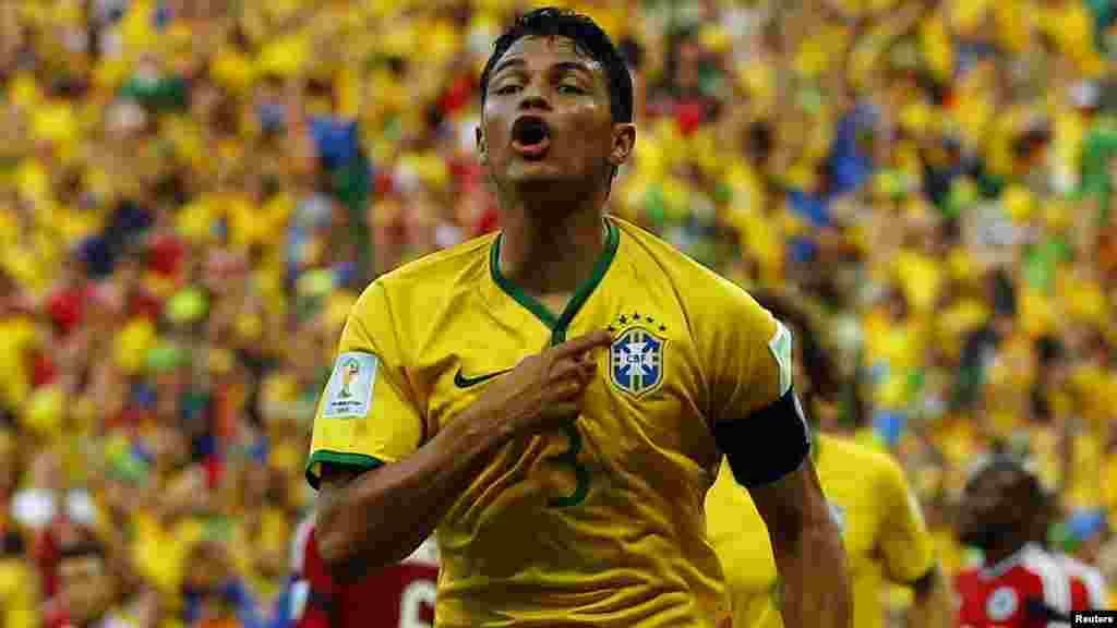 Thiago Silva ប្រធានក្រុមបាល់ទាត់ PSG រូបនេះរកប្រាក់ចំណូលបាន ២៦,៥ លានអឺរ៉ូបក្នុងមួយឆ្នាំ។ ប្រាក់បៀវត្សរ៍របស់កីឡាកររូបនេះមាន ២៣ លានអឺរ៉ូដែលមានខ្ពស់ជាងប្រាក់បៀវត្សន៍របស់កីឡាករ Ibrahimovic។ ប៉ុន្តែប្រាក់ចំនូលដទៃទៀត ដែលរួមមានប្រាក់ចំណូលពីការផ្សាយពាណិជ្ជកម្ម មានតិចជាង។