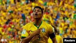 2014年7月4日,巴西队队长蒂亚戈•席尔瓦在同哥伦比亚队进行的四分之一决赛中射门得分。席尔瓦和明星前锋内马尔都将缺席同德国队进行的半决赛。