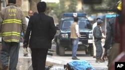 星期一塔利班一名襲擊者的屍體停放在讓‧穆罕默德‧可罕家的外面