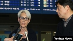 미·한 외교당국 간 차관급 협의를 위해 방한한 웬디 셔먼 미국 국무부 정무담당 차관이 28일 인천공항을에서 기자들의 질문에 답하고 있다.