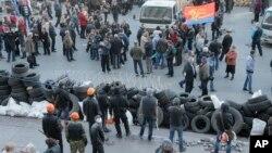 8일 우크라이나 동부 도네츠크에서 친 러시아 시위대가 정부 청사를 점거하고 주변에 바리케이트를 설치했다. 시위대는 분리독립을 선언하고 러시아 정부의 개입을 요청했다.