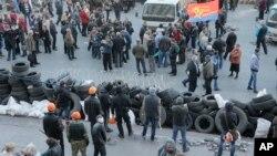 Nhóm thân Nga dựng rào phòng thủ trước một tòa nhà chính quyền ở Donetsk, Ukraine 8/4/14