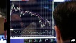Chuyên gia theo dõi chỉ số chứng khoán tại sàn chứng khoán New York. Kinh tế Mỹ chỉ tăng trưởng với tỉ lệ 1,6% trong năm nay, trở thành tâm điểm của sự lo lắng của nhiều người trên thế giới.