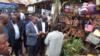 Le gouverneur du Sud-Kivu visite les stands à la 12e journée champêtre à Walungu, le 2 janvier 2020. (VOA/Ernest Muhero)