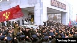 북한 김책공업종합대학 학생들이 장성택 숙청을 결정한 당정치국 확대회의 소식을 접하고 김정은 국방위원회 제1위원장에게 충성을 결의하고 있다.