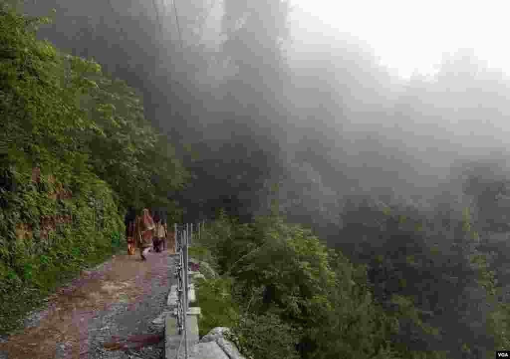 اس ٹریک پر کہیں دھوپ، تو کہیں چھاؤں ملتی ہے۔ کئی مقامات پر سیاح خود کو بادلوں کے انتہائی قریب سے گزرتا ہوا محسوس کرتے ہیں۔