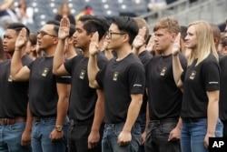 지난 2017년 6월 미국 샌디에이고의 육군 지원자들이 입대식에서 선서하고 있다.