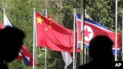 中國和東盟成員國國旗在巴厘島會場門前飄揚
