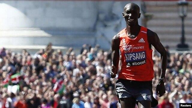 Wilson Kipsang, wa Kenya akimaliza kama mshinda wa mbio za Marathon za London 2014