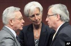Le ministres italien des Finances, Giulio Tremonti , et son homologue française Christine Lagarde écoutant Jean-Claude Juncker, Premier ministre du Luxembourg et président de l'Eurogroupe, lors d'une réunion à Bruxelles le 16 mai