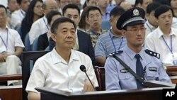 지난 23일 중국 산둥성 인민법원에서 부패 혐의 재판에 참석한 보시라이 전 충칭시 당 서기(왼쪽).