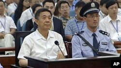23일 중국 산둥성 인민법원에서 보시라이 전 충칭시 당 서기(왼쪽)의 부패 혐의 재판이 이틀째 열렸다.