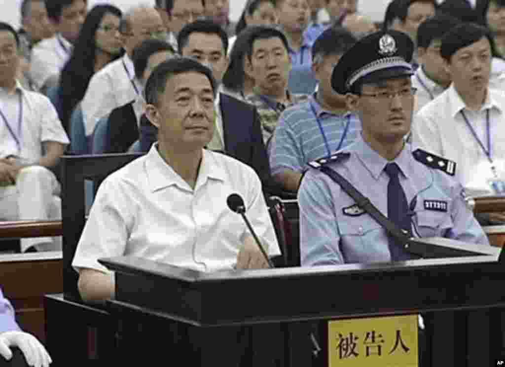 재판 이틀째인 지난 23일 산둥성 인민법정에 출두한 보시라이 전 충칭시 당 서기(왼쪽).