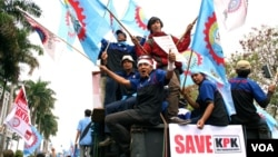 Demonstrators from Indonesia's National Workers Union rally outside the KPK building in support of the country's anti-graft body, Jakarta, Indonesia, October 8, 2012. (K. Lamb/VOA)