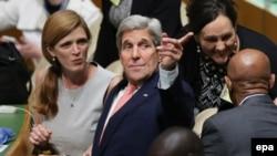 លោករដ្ឋមន្រ្តីការបរទេសស.រ.អា. John Kerry អង្គុយនៅក្នុងចំណោមគណៈប្រតិភូអាមេរិកក្នុងអំឡុងពេលកិច្ចប្រជុំកំពូលការអភិវឌ្ឍន៍ប្រកបដោយចីរភាពរបស់អង្គការសហប្រជាជាតិ បីថ្ងៃមុនពេលចាប់ផ្តើមនៃសម័យប្រជុំលើកទី៧០នៃមហាសន្និបាត នៅទីស្នាក់ការកណ្តាលក្នុងទីក្រុងញ៉ូយក សហរដ្ឋអាមេរិក កាលពីថ្ងៃទី២៧ ខែកញ្ញា ឆ្នាំ២០១៥។ (EPA/MATT CAMPBELL)
