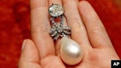 آویزه مروارید و الماس ملکه ماری آنتوانت از قرن ۱۸ میلادی - آرشیو