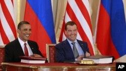 ປະທານາທິບໍດີສະຫະລັດ ທ່ານບາຣັກ ໂອບາມາ (ຊ້າຍ) ແລະ ປະທານາທິບໍດີຣັດເຊຍ ທ່ານ Dmitry Medvedev (ຂວາ) ລົງນາມໃນຂໍ້ຕົກລົງລົດກຳລັງອາວຸດນິວເຄລຍໃນເດືອນເມສາ.