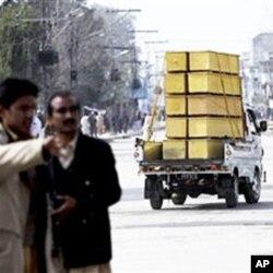 Un véhicule transportant des cercueils destiné à la caserne de Mardan