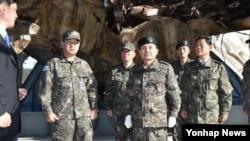 30일 해군 2함대사령부 천안함 전시시설을 방문한 이순진 한국 합참의장이 천안함을 살펴보고 있다.