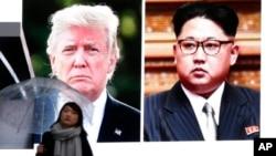 Một người phụ nữ Nhật đi qua màn hình khổng lồ chiếu hình ảnh Tổng thống Trump và lãnh tụ Bắc Hàn Kim Jong Un hôm 9/3.
