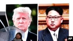 Yon dam ki t ap pase devan yon gwo ekran ki te montre Prezidan Donald Trump (agoch) avèk lidè nò-koreyen an, Kim Jong Un. Imaj sa yo te pase sou televizyon japonèz nan vandredi 9 mas 2018 la. Apre 2 lidè yo te pase yon ane kote youn t ap voye ti toya sou lòt la, Prezidan Trump ak Kim Jong Un aksepte rankontre fas-a-fas pou yo abòde dosye pwogram nikleyè Kore di Nò a (Foto: AP/Koji Sasahara).
