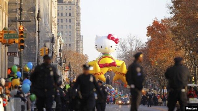 Cảnh sát đi bộ dọc theo Central Park West, phía sau là quả bóng bay khổng lồ Hello Kitty sẵn sàng cho cuộc diễu hành, ngày 22/11/2012.
