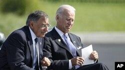 2011年9月11号美国国防部长帕内塔(左)和副总统拜登在五角大楼纪念9/11十周年仪式上
