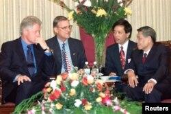 Tổng Bí thư Lê Khả Phiêu tiếp Tổng thống Hoa Kỳ Bill Clinton ngày 18/11/2000 tại Hà Nội.