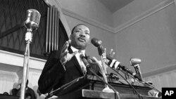 Мартін Лютер Кінг-молодший виступає в Атланті, штат Джорджія. 1960 р
