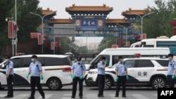 中國警察在被關閉的北京新發地農產品批發市場的入口處站崗。(2020年6月13日)