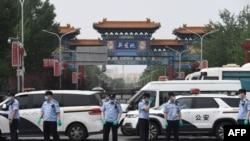 中国警察在被关闭的北京新发地农产品批发市场的入口处站岗。(2020年6月13日)