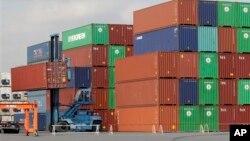 Terminal kontainer di pelabuhan Tokyo.