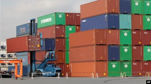 Suasana di sebuah pelabuhan peti kemas di Tokyo, 24 Januari 2013 (Foto: dok). Jepang mengalami defisit perdagangan hingga sekitar $17,4 miliar untuk bulan Januari.