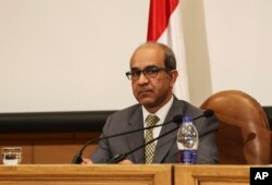 ທ່ານ Ayman al-Muqaddam ຫົວໜ້າໜ່ວຍງານສຶບສວນສອບສວນ ກ່ຽວກັບເຮືອບິນ ຣັດເຊຍ ຕົກໃນສັບປະດາທີ່ຜ່ານມາ ໃນແຫຼມ Sinai ຂອງ ອີຈິບ, ກ່າວຕໍ່ສື່ມວນຊົນທີ່ ກະຊວງການບິນໃນນະຄອນຫຼວງ CairoF, ອີຈິບ. 7 ພະຈິກ 2015.