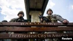 Lực lượng Vệ binh Quốc gia đứng canh gác trên đường E. Pratt ở Baltimore, Maryland, ngày 28/4/2015.