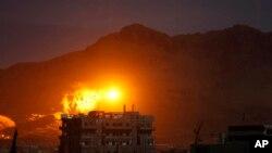 Ledakan terlihat pasca serangan udara koalisi di Sana'a, Yaman (foto: dok). Seorang tentara Qatar yang bertempur bersama pasukan koalisi di Yaman dilaporkan tewas.