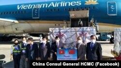 Bộ trưởng Y tế Nguyễn Thanh Long tiếp nhận 500.000 liều vaccine Sinopharm của Trung Quốc từ Đại sứ Trung Quốc tại Việt Nam Hùng Ba trong cuộc chuyển giao ở sân bay Nội Bài, Hà Nội, hôm 20/6.