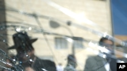 팔레스타인 공격으로 깨어진 이스라엘 건물의 유리창