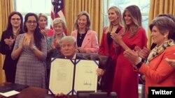 El presidente Donald Trump en la Casa Blanca durante la firma de dos leyes que autorizan a la NASA y a la Fundación Nacional de Ciencia a alentar a las mujeres y a las niñas para que estudien carreras relacionadas con la ciencia, tecnología, ingeniería y matemáticas. Foto: @Ivanka Trump.
