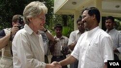 Kepala UNISDR Margareta Wahlstrom (kiri) saat melakukan kunjungan ke Sri Lanka (foto: dok).